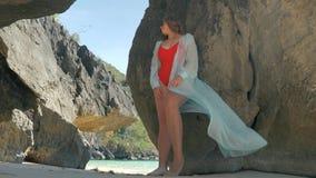 在岩石之间的年轻俏丽的女孩身分 摆在岩石之间的有吸引力的模型 影视素材