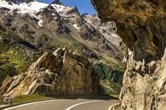 在岩石之间的弯曲道路在山 图库摄影