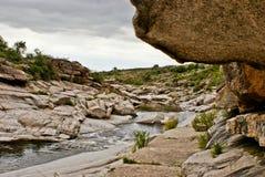 在岩石之间的河 库存图片