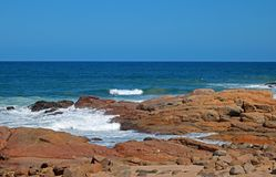 在岩石之间的海浪在岸 库存照片