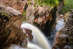 在岩石之间的瀑布在幽谷的尼维斯岛,苏格兰河 库存照片