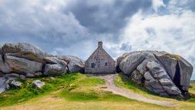 在岩石之间的议院在Meneham村庄,凯尔卢昂,菲尼斯泰尔省, 库存照片