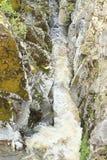 在岩石之间的小河 库存照片