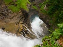在岩石之间的小瀑布 免版税库存图片