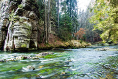 在岩石之间的河 免版税图库摄影
