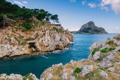 在岩石之间的海湾 免版税图库摄影
