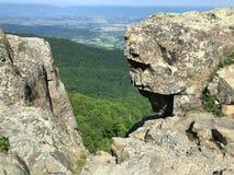 在岩石之间的谷视图 免版税库存图片