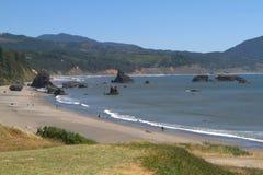 在岩石俄勒冈的岩石附近的争斗海岸 免版税库存图片