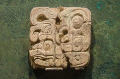 在岩石刻记的古老玛雅纵的沟纹标志 库存图片