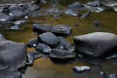 在岩石和冰砾的流动的水 图库摄影