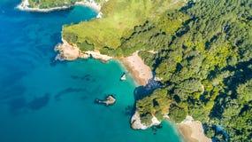 在岩石和森林围拢的一个小海滩的鸟瞰图Coromandel,新西兰 免版税库存照片