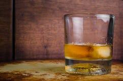 在岩石土气前面的威士忌酒 库存图片