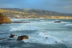 在岩石堆海滩的冬天风暴在拉古纳海滩的,加利福尼亚海斯勒公园下 免版税图库摄影