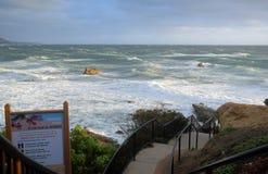 在岩石堆海滩的冬天风暴在拉古纳海滩的,加利福尼亚海斯勒公园下 库存照片