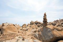 在岩石堆积的石小卵石在阿鲁巴岛 免版税库存图片