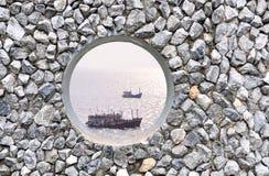在岩石墙壁上的漏洞 图库摄影