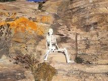 在岩石墙壁上的骨骼 免版税库存照片