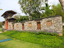 在岩石墙壁的不丹传统木装饰 图库摄影
