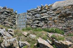 在岩石墙壁的被风化的门 图库摄影