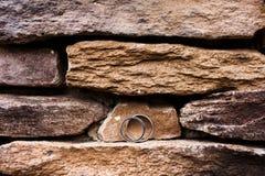 在岩石壁架的婚戒 免版税库存照片