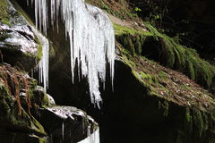 在岩石壁架的熔化的冰 免版税库存图片