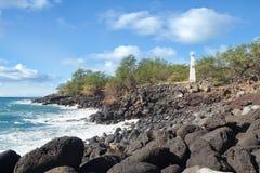 在岩石夏威夷岸的白色具体灯塔 免版税库存图片