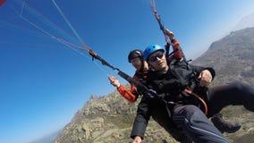 在岩石小山的滑翔伞 免版税图库摄影