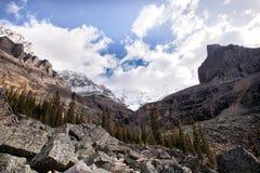 在岩石山雪山的狂放的自然 免版税图库摄影