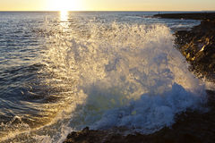 在岩石岸的美好的海景 免版税库存图片