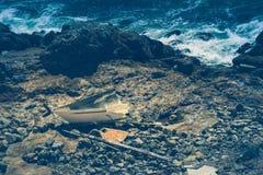 在岩石岸的遭到海难的船 图库摄影