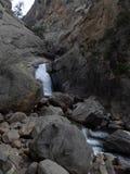 在岩石峡谷的瀑布 库存照片