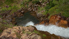 在岩石峡谷的特写镜头风雨如磐的小河小瀑布在小山中 股票视频