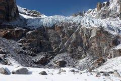 在岩石峭壁危险冰川的喜马拉雅山之&# 库存图片