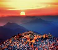 在岩石峰顶的日出 库存图片