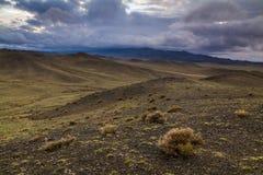 在岩石干草原的雨云 免版税库存图片