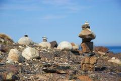 在岩石新斯科舍,加拿大的Inukshuk海岸线 库存图片