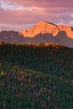在岩石日出的秋天山 库存照片