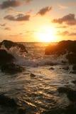 在岩石日落的海岸 免版税库存照片