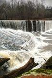 在岩石水坝的水在冬天 库存图片