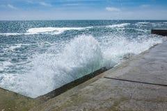 在岩石海岸和蓝色海的大波浪 免版税库存图片