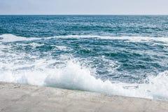 在岩石海岸和蓝色海的大波浪 图库摄影