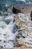 在岩石海岸和蓝色海的大波浪 免版税库存照片