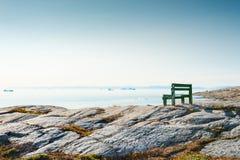 在岩石海岸的偏僻的长凳在格陵兰 库存照片