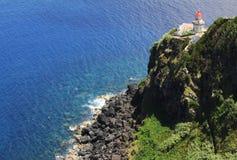 在岩石海岸的灯塔在大西洋 库存图片
