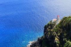 在岩石海岸的灯塔在大西洋 免版税库存图片