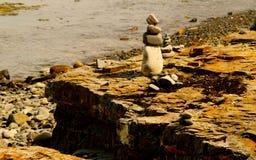 在岩石海岸的石标 库存图片