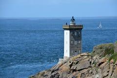在岩石海岸的老灯塔 免版税图库摄影