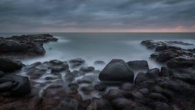 在岩石海岸的黎明 免版税库存照片