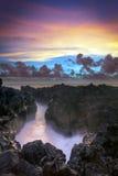 在岩石海岸线的日落 免版税库存照片