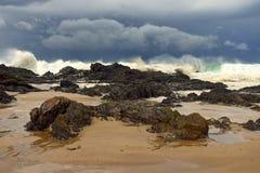 在岩石海岸线附近的巨大的打破的海浪 免版税库存图片